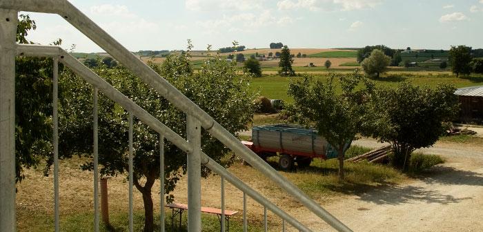 Bild auf der Treppe mit Blick über die Landschaft