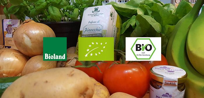 Bio-Produkte sind angerichtet mit Bio-Siegel
