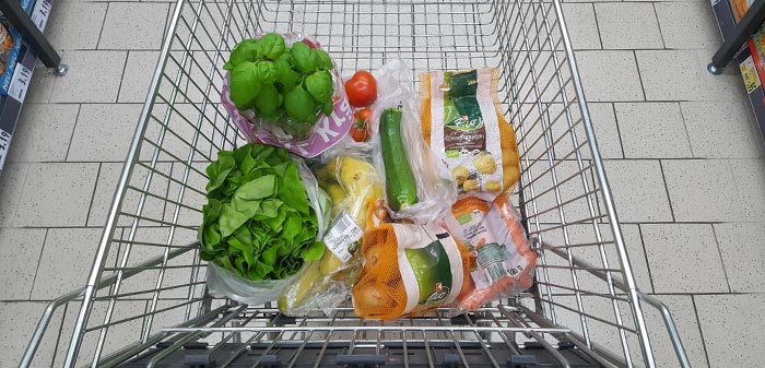 Ein Einkaufswagen voll mit Bio-Waren