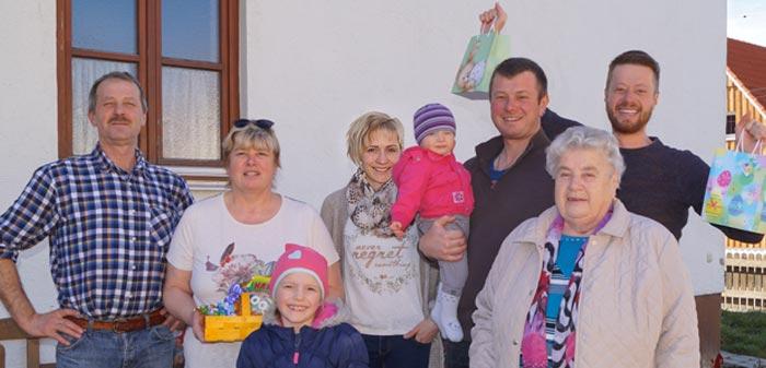 Familie Liebert vor der Häuserwand. Hubert, Anita, Katharina, Regina, Theresa, Tobias, Erna, Trixie Oma und Dominik.