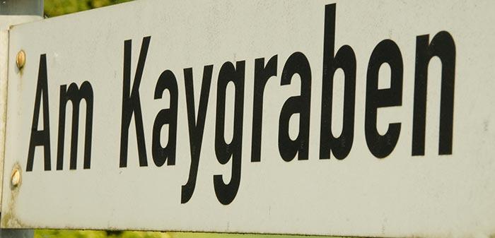 Am Kaygraben, das Straßenschild vor dem BioLiebert-Ziegenstall.