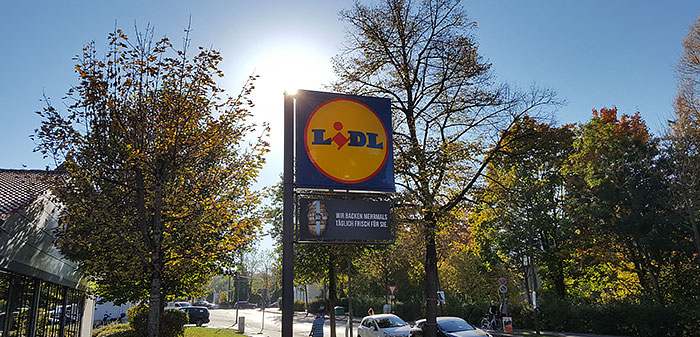 Lidl-Logo, Schild zwischen Bäumen